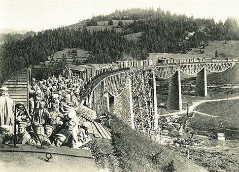 1915 год. Поезд с русскими пленными едет по мосту в Карпатских горах