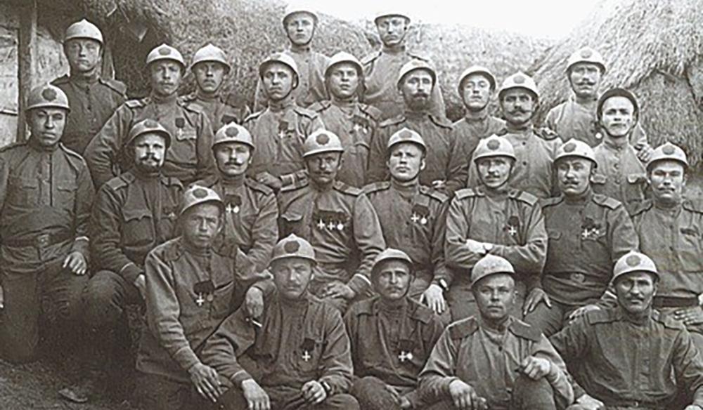 Начало конца. Типичный снимок 1917 года - орлы на касках закрашены, некоторые уже поснимали погоны