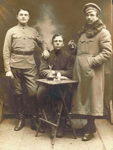 А это уже конец! Так будут фотографироваться демобилизованные военнослужащие зимой 1918 года - с рюмкой вина за поражение
