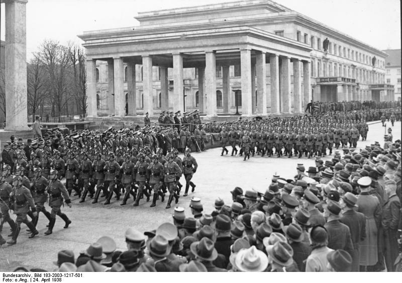 Парад на Кёнигсплац . 1938 год. На заднем плане — Храмы почёта