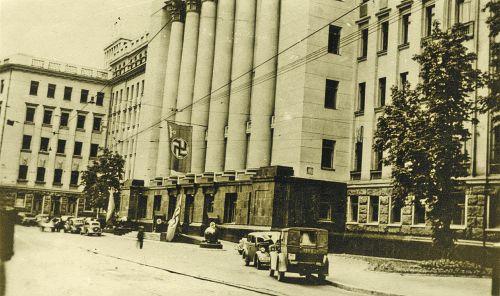 Осень 1941 года. Немецкий флаг на здании ЦК Партии в Киеве, где теперь Администрация президента