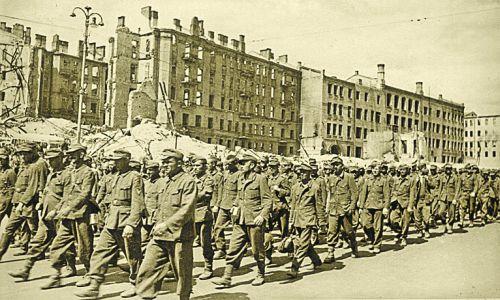 Немецких пленных ведут по Крещатику. Яркий символ победы. Фото Г. Угриновича