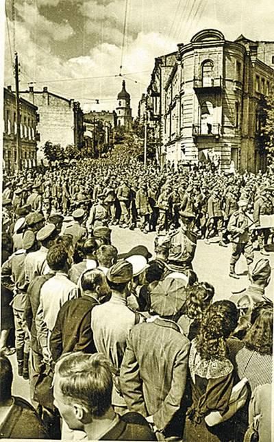От Софии до Майдана растянулась колонна немецких военнопленных. Фото Г. Угриновича