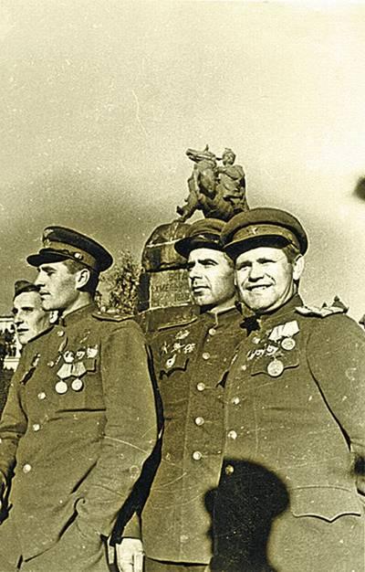 Возле памятника Богдану любили фотографироваться победители. Фото Г. Угриновича