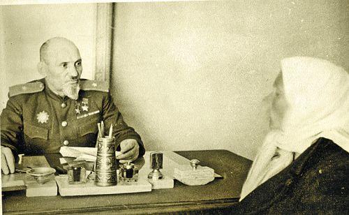 На приеме у Ковпака. Партизанский командир с 1944 года был членом Верховного Суда Украинской ССР. К нему шли толпами. Фото Г.Угриновича