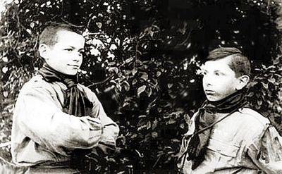 Степан с другом в форме военизированной организации<br /> Пласт, 1923 г.