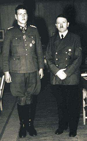 Скорцени и Гитлер. Фюрер лично дал указание своему<br /> лучшему мастеру спецопераций вывезти Бандеру из окруженного Кракова