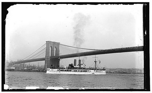 Дорога смерти. Крейсер «Мэн» проходит под Бруклинским мостом в Нью-Йорке