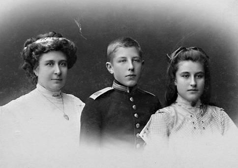Кадет с мамой и сестрой, 1909 г. На обороте надпись «И готовясь в бой опасный, помни мать свою»