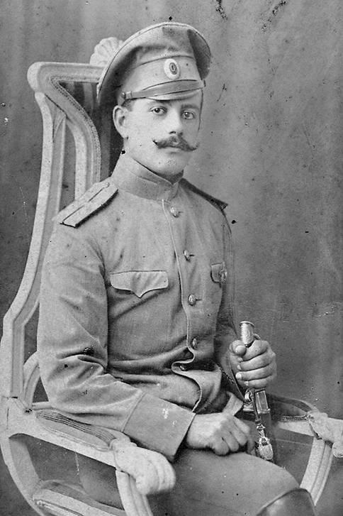 Полевая форма, 1914 г. Этот прапорщик одет строго по уставу. Он только что закончил училище. Кокарда на его фуражке еще не потемнела