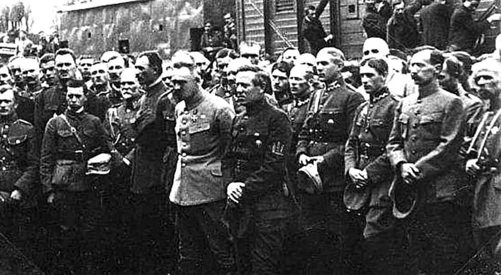 Союзники. Юзеф Пилсудский и СимонПетлюра в окружении польских и украинских офицеров, которых называли «пилсудчиками» и «петлюровцами»