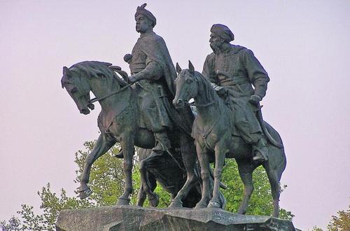 Богдан Хмельницкий. Стал памятником только потому, что вовремя умер польский король и начались выборы