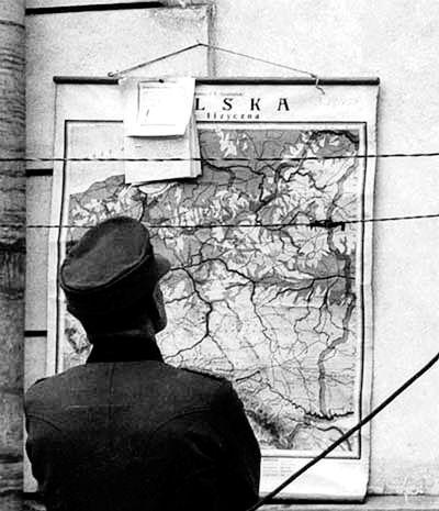 Свысока. Немецкий офицер изучает карту Польши