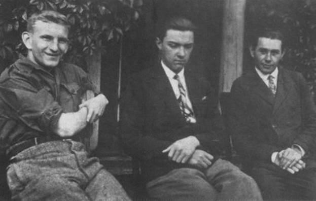 С друзьями. Роман (первый слева) в 30-егоды - спортсмен, оптимист, налетчик и киллер