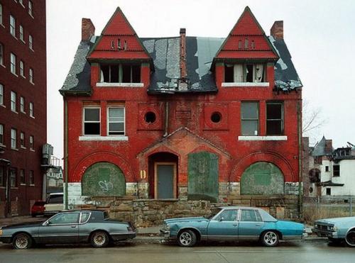 Детройт. Когда-то крутой дом и крутые тачки. А теперь — смерть и разруха