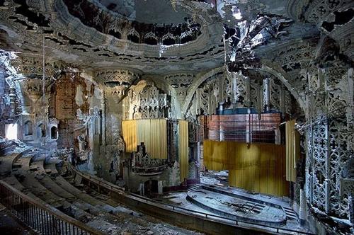 А это когда-то было театром. Теперь просто декорация для ужастиков