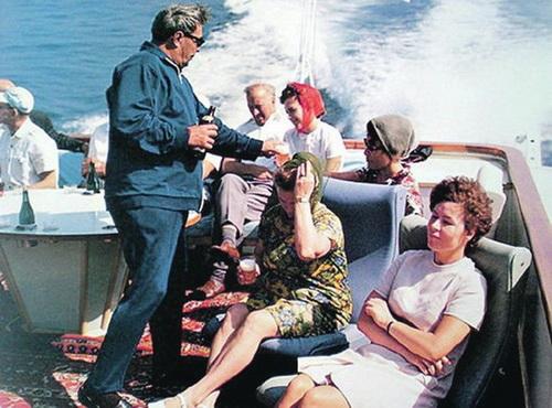 Брежнев в Сочи. Сам наливал пиво стюардессам своего самолета и уборщицам государственной резиденции