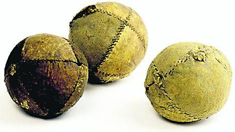 Средневековые мячи чаще всего набивали соломой или Шерстью