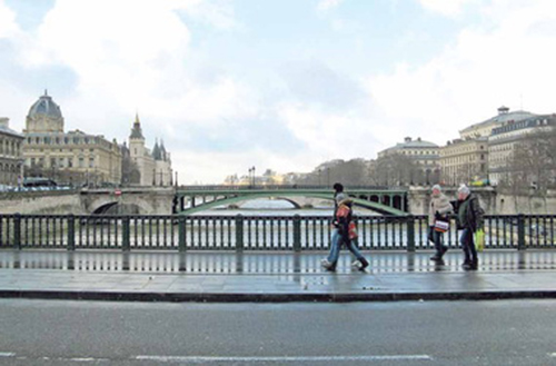 Париж. Мост через Сену. Посетив Францию,я убедился, что судьбы наших литераторов и французских удивительно похожи.Деспотизм и цензура давили литературу и на Востоке, и на Западе.