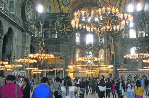 Внутри храма Святой Софии. По приказу турецкого правителя Мустафы Кемаля в 1935 году ее превратили в музей. Теперь это самое популярное у туристов место Стамбула