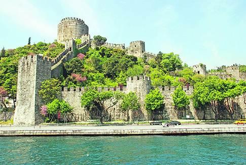 Крепость. Построена султанами для защиты пролива Босфор