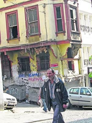 Свежие развалины в центре города. В Стамбуле бывает и такое