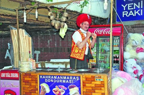 Продавец мороженого. В Стамбуле он выглядит так колоритно, словно выскочил из восточных глав «Приключений барона Мюнхгаузена»