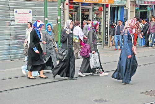 Турчанки. Так одеваются в Стамбуле скромные приличные девушки