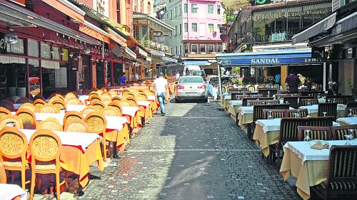 К очистке карманов туристов готовы! Многочисленные ресторанчики оккупировали даже проезжую часть