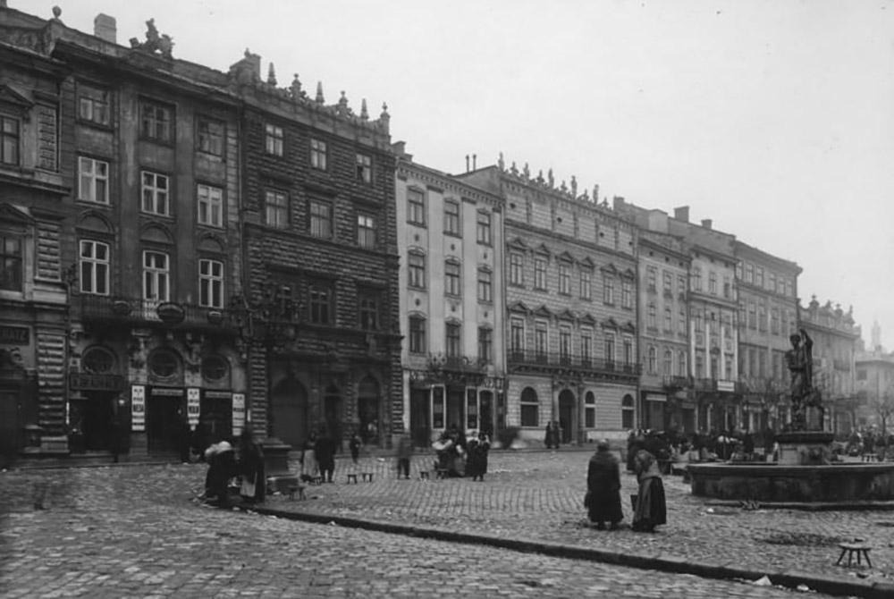 Площадь рынок. С 1915 года, когдабыл сделан этот снимок, дома в центре Львова практически не изменились, вотличие от горожан