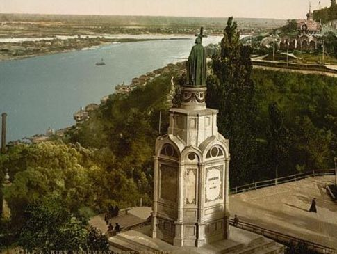 Памятник Владимиру. Безропотно нес свой крест все годы гражданской