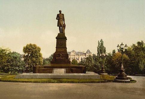 Николай I. Монумент ему еще стоял в 1918-м напротив Университета