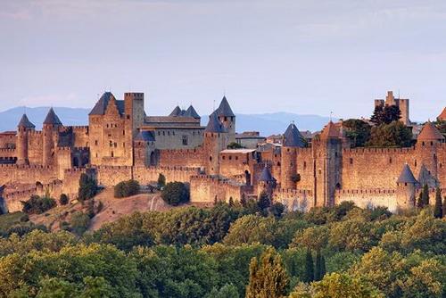 Крепость в Руссильоне. Даже во Францию завозил Кощей<br />Бессмертный рабов из Руси.