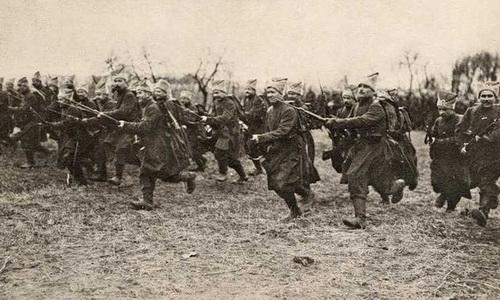 Синежупанники. Бравые с виду вояки разбежались по домам вскоре после приезда в Киев весной 1918 года