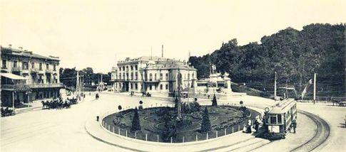 Европейская площадь. Называлась Царской. Возлефилармонии стоял памятник Александру Второму