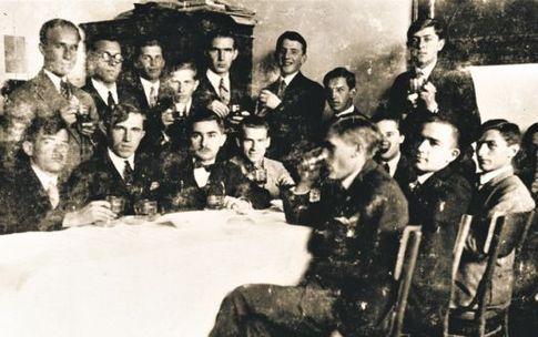 Львов, 1928 г. Совет пластунов<br /> Червона калина. Четвертый слева в верхнем ряду со стаканом —<br /> Бандера.