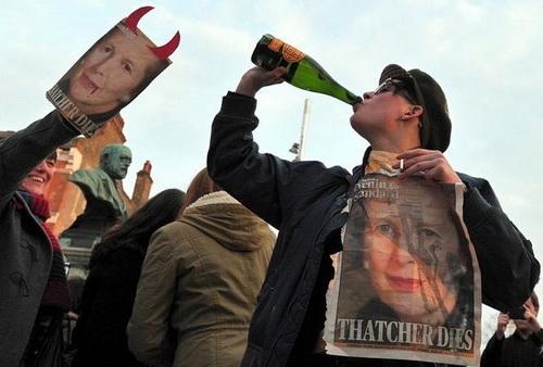 Англичане пьют за смерть Тэтчер. Таких похорон политического лидера давно не помнит страна