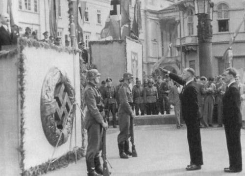 Львов, лето 1943 г. Майор дивизии СС «Галичина» Евгений Побегущий салютует на проводах добровольцев