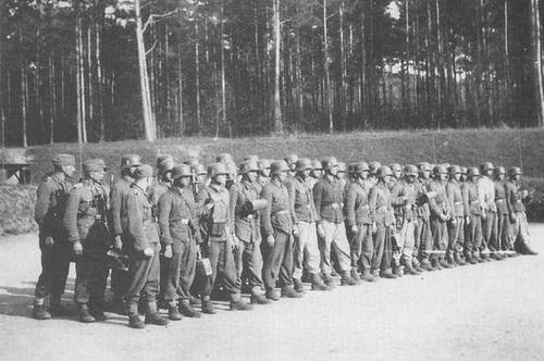 В немецкой форме. Один из тренировочных лагерей «Галичины», где готовили «подстаршин» — унтер-офицеров