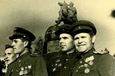 Как же они рады! Это была действительно<br /> Великая Отечественная война. И наша Победа.