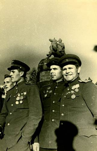 Возле Богдана. Советские офицеры в освобожденном Киеве, ноябрь 1943 г.