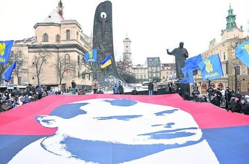 Флаг цвета крови и смерти. Митинг во Львове 1 января 2011 года, посвященный очередному дню рождения печально известного земляка