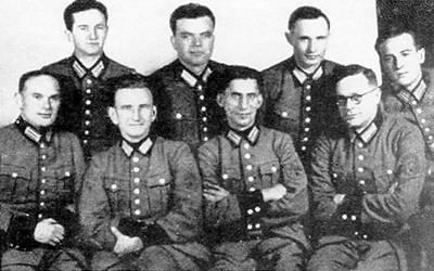 В немецкой форме. Второй слева в первом ряду — заместитель Бандеры и главнокомандующий УПА «генерал» Роман Шухевич