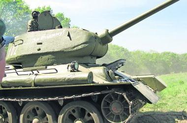 «Неприятный сюрприз». С Т-34 немцам пришлось воевать бутылками с бензином, как нашим в фильмах. Фото О. Бузина