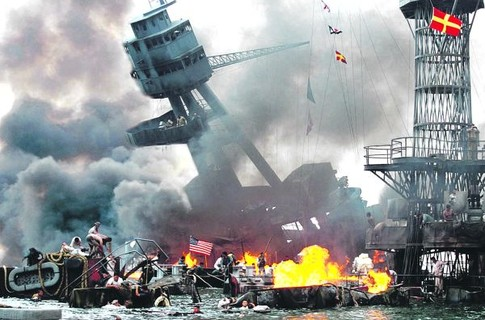 Кадр из фильма «Перл-Харбор». Создатели художественной картины максимально отобразили внешнюю сторону катастрофы, но не закулисную игру президента Рузвельта