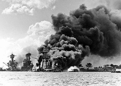 Перл-Харбор после атаки. Строй горящих американских линкоров