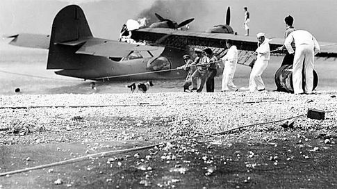 На аэродроме. Американцы спасают остатки своей авиации
