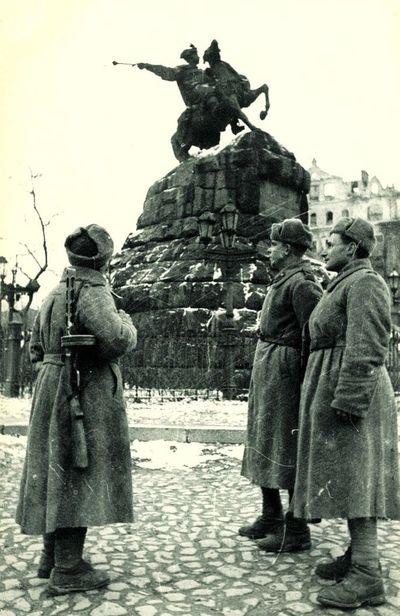 1943 г. Красноармейцы-освободители возле Богдана