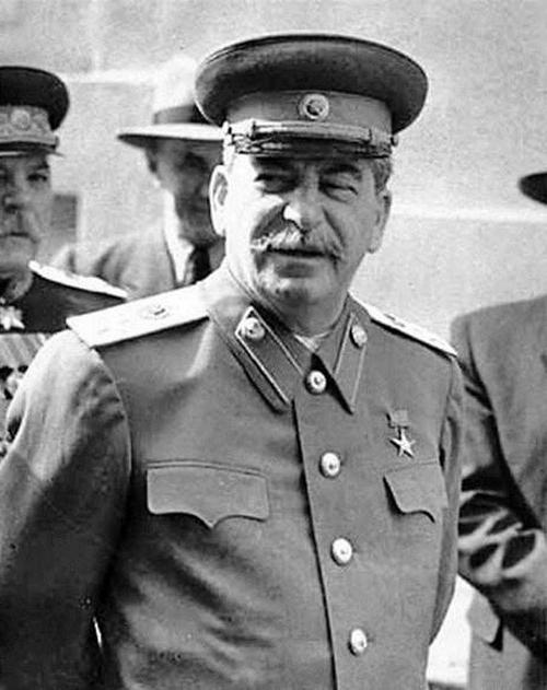 Товарищ Сталин. Боролся с «золотопогонниками». А потом стал одним из них. Запретный плод сладок