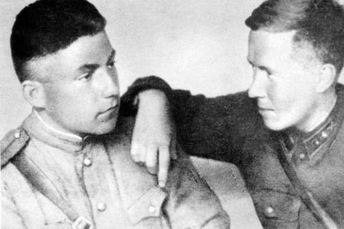 1943 год. Александр Солженицын с другом. У одного еще петлицы, у другого — уже погоны